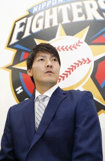 契約更改交渉を終え、記者会見する日本ハムの有原航平投手=4日、札幌市内の球団事務所