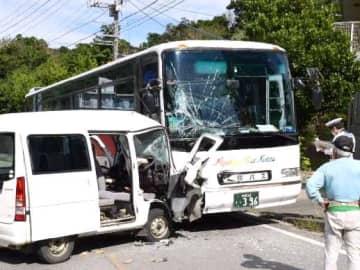 観光バスに衝突した軽貨物車=12月4日午前11時50分ごろ、名護市呉我
