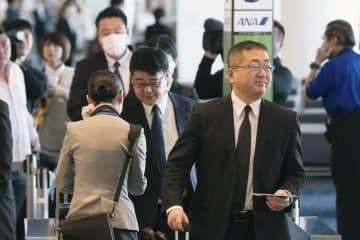 フィリピンに出発する警視庁の捜査員ら=4日午前9時25分、羽田空港
