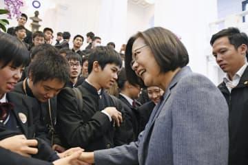握手する台湾の蔡英文総統と松山城南高校の生徒=4日、台北市(共同)
