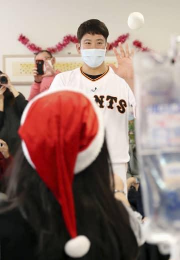 神奈川県伊勢原市の東海大病院を訪問し、入院中の子どもたちと交流する巨人の菅野=4日(球団提供)