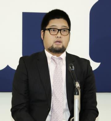 契約交渉を終え、記者会見する広島の中崎=4日、マツダスタジアム
