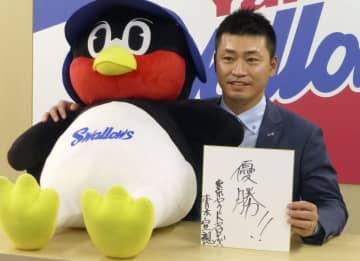 契約更改交渉を終え、記者会見で来季の目標を掲げるヤクルト・青木=4日、東京都内の球団事務所