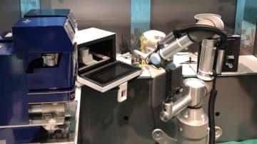 電子レンジで調理したパスタを取り出すロボット