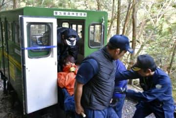 山岳救助の合同訓練で、トロッコに急病人を収容する鹿児島県警屋久島署員=4日午後、鹿児島県屋久島町