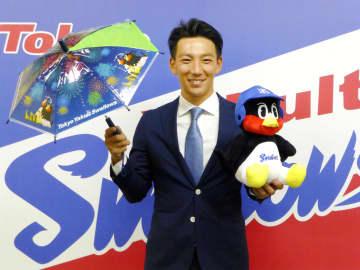 ヤクルトと正式契約を結び、ポーズをとる嶋基宏捕手=4日、東京都内の球団事務所