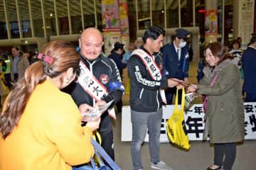 大日本プロレスの選手が参加した防犯キャンペーン=横浜市港北区