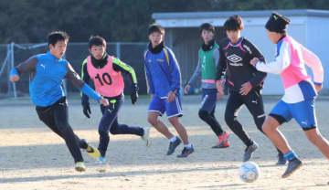 サッカーの全日本大学選手権に出場する宮崎産経大。練習では声を掛け合い、連係強化を図る
