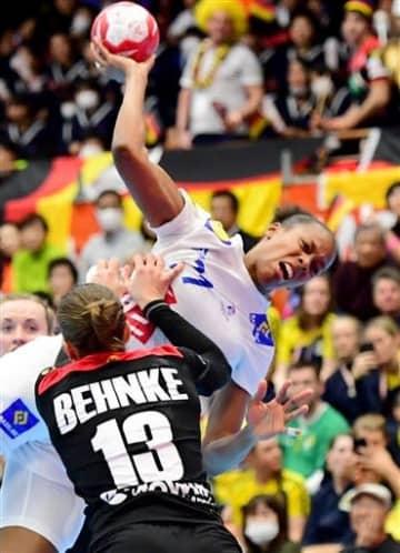 【ドイツ-フランス】前半、ブロックされながらもシュートを放つフランスのカノル=山鹿市総合体育館(小野宏明)