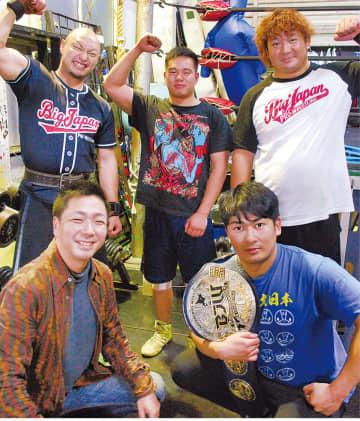 登坂代表(前列左)とベルトをかける青木選手ら
