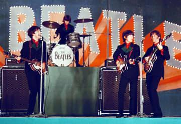 1966年に来日し、東京・日本武道館で公演するビートルズ