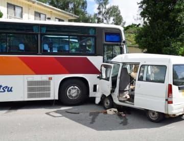 修学旅行生の乗った観光バスに衝突した軽貨物車=4日、名護市呉我