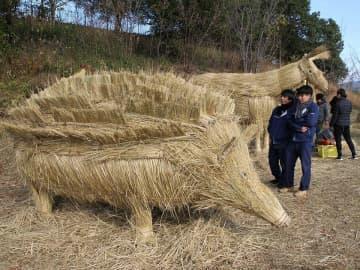 来年のえとにちなんで制作されたハリネズミの稲わらアート=美濃加茂市山之上町、ぎふ清流里山公園