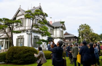 旧松本家住宅(西日本工業倶楽部)に到着したツアー一行=北九州市戸畑区