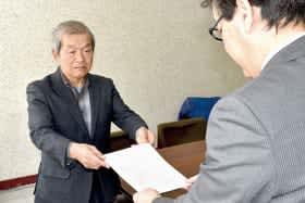 杉本部長に要望書を手渡す増岡さん
