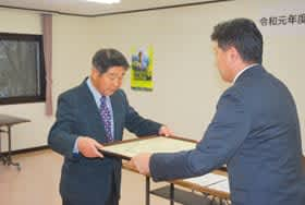 戸田町長から道知事感謝状を受け取る髙橋さん(左)