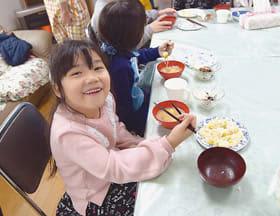 心尽くしの料理を楽しむ子どもたち(提供写真)