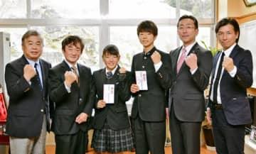 左から柳沼副会長、高橋所長、赤間主将、田島主将、森校長、松田監督