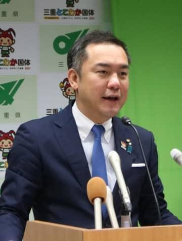 【定例記者会見で「脱炭素宣言」を発表する鈴木知事=三重県庁で】
