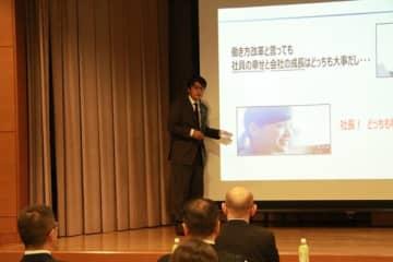 【セミナーで講演する小林支店長=四日市市諏訪町の四日市商工会議所で】