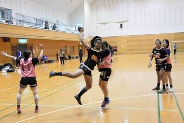 日本リーグの三重バイオレットアイリスと対戦するニューカレドニアの女子ハンドボール若手選手=山鹿市