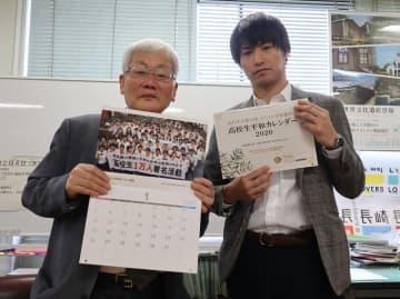 カレンダーをPRする平野さん(左)と川端さん=長崎市役所