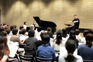佐々木正利さんによる合唱指導=豊中市の市立文化芸術センター多目的室