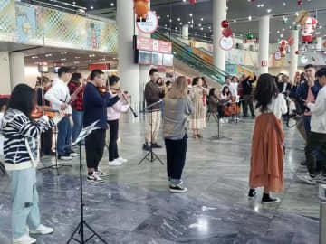 マカオ国際空港旅客ターミナルビル出発ホールで開催されているクリスマス音楽パフォーマンス(写真:CAM)