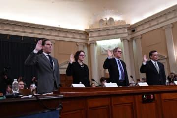 4日、米下院司法委員会の公聴会で宣誓する法学者。左はフェルドマン・ハーバード大法科大学院教授=ワシントン(UPI=共同)
