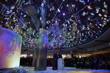 「泉の広場」周辺エリアがリニューアルオープンし、記念式典で点灯された「ウォーターツリー」=5日午前、大阪・梅田