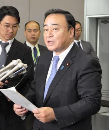 日韓局長級会合の開催について説明する梶山経産相=5日午前、経産省