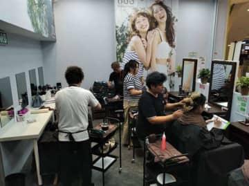 大型ショッピングモール内に開店したRB社のヘアカラー専門店=クアラルンプール(同社提供)