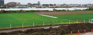 南側第1グラウンド(右側)には泥が多く残る(2日撮影)
