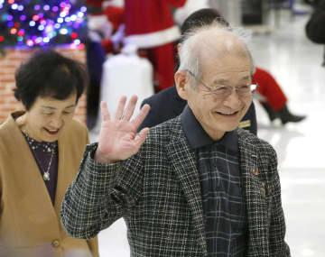 ノーベル賞授賞式に出席するため、ストックホルムへ向け出発する旭化成名誉フェローの吉野彰氏(右)と妻久美子さん=5日午前、成田空港