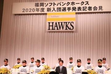 鷹が新入団選手発表会見 ドラ2海野は甲斐継ぎ「62」、ドラ1佐藤は「30」に決定