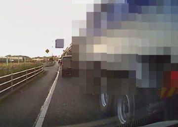 「岡山県 あおり110番 鬼退治ボックス」に寄せられた映像。ダンプカーがウインカーを出さずに進路変更する割り込み運転をした(岡山県警提供、画像の一部が加工されています)