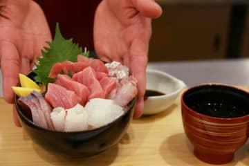 フェアで提供される地元産養殖マグロを使った海鮮丼=新上五島町、島diningとらや