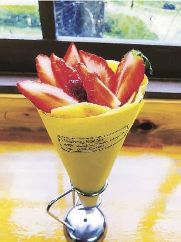 イチゴをトッピングした期間限定クレープ「季節の生フルーツ」