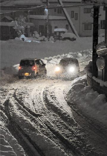 雪に覆われた横手市中心部の住宅街=4日午後5時ごろ