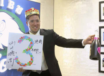 契約更改交渉を終え、ポーズをとる西武の山川=5日、埼玉県所沢市の球団事務所