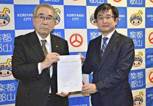 協定書を取り交わす品川市長(左)と浜社長