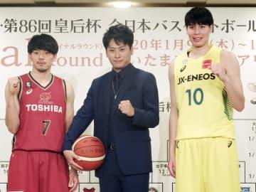ファイナルラウンドの組み合わせ抽選会で、写真撮影に応じる川崎の篠山(左)とJX―ENEOSの渡嘉敷。中央は「三代目 J Soul Brothers」の山下健二郎さん=5日、東京都内