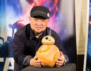 スター・ウォーズ最新作を記念し、披露された信楽焼の「BB-8」と制作者の濱中さん(大阪市北区・TOHOシネマズ梅田)