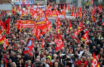 年金制度改革に抗議する労組の人々=5日、フランス・マルセイユ(ロイター=共同)