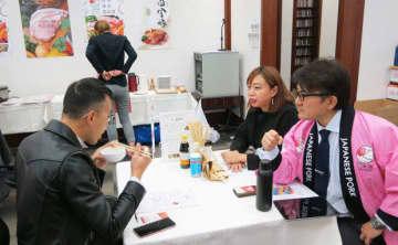 日本産豚肉のPRセミナーで、生産者らが自社ブランドを香港バイヤーに売り込んだ=5日、銅鑼湾(NNA撮影)