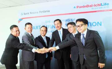 経営者保険の販売で協力を発表したパニン・第一ライフとりそなプルダニア銀行の関係者=5日、ジャカルタ(パニン・第一ライフ提供)