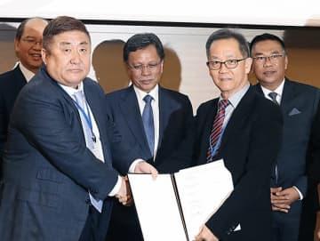 ブロッサムのジェフリー・リュー最高執行責任者(COO)とPKSの長期供給でパートナーシップ契約を結んだブルーキャピタルの原田秀雄会長(左)=4日、東京(ブルーキャピタル提供)