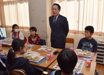 小学6年生との昼食会でも「中学校でも温かい給食が食べられるようにする」と意気込みを語った小野澤町長=11月18日、愛川町半原