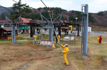 芸北高原大佐スキー場のゲレンデで、リフトの準備を進めるスタッフ(1日、北広島町荒神原)