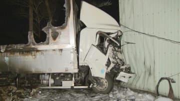 国道23号でトラック3台絡む事故 1台が炎上し運転手搬送 愛知・飛島村